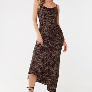 Maxi floral dress. Form fitting.